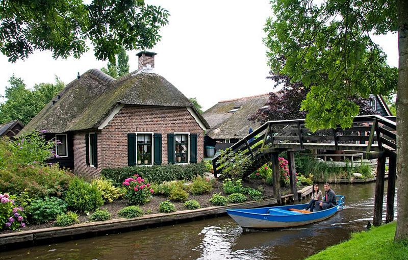 近日,一组拍摄荷兰羊角村美丽田园风光的照片迅速走红网络