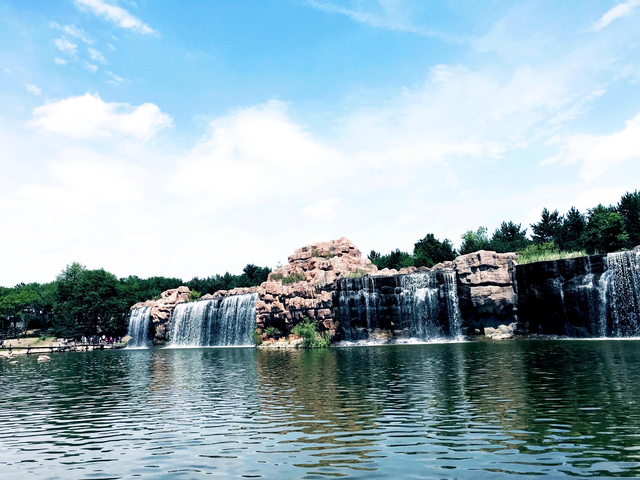 太阳岛风景区的人造瀑布