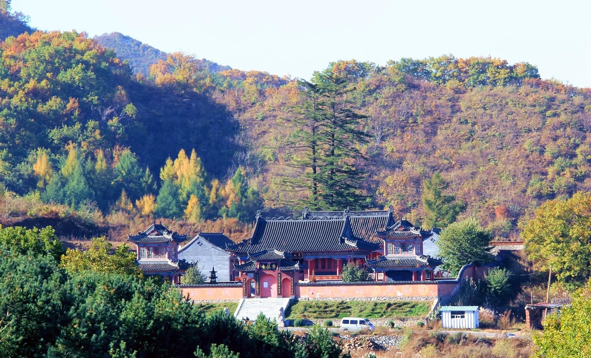 雪帽山的秋天是一个一个的花山,高高的,密密的,很少有人走进