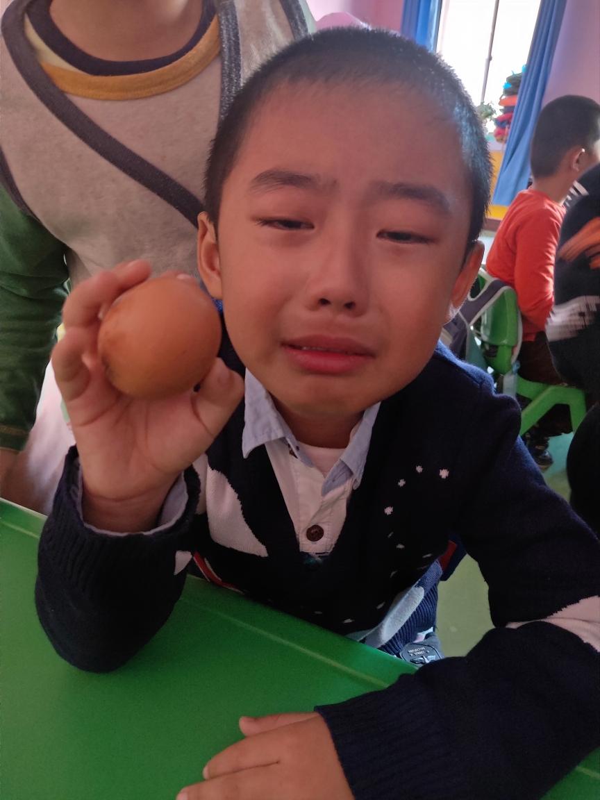 感恩在心,感恩在心,英才幼儿园举办了有趣的护蛋大行动,幼儿能通过护