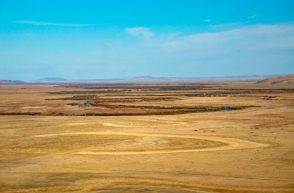 阿尔山驼峰岭天池海拔1300多米,碧蓝湖水,金黄树林,湛蓝的天空,登高