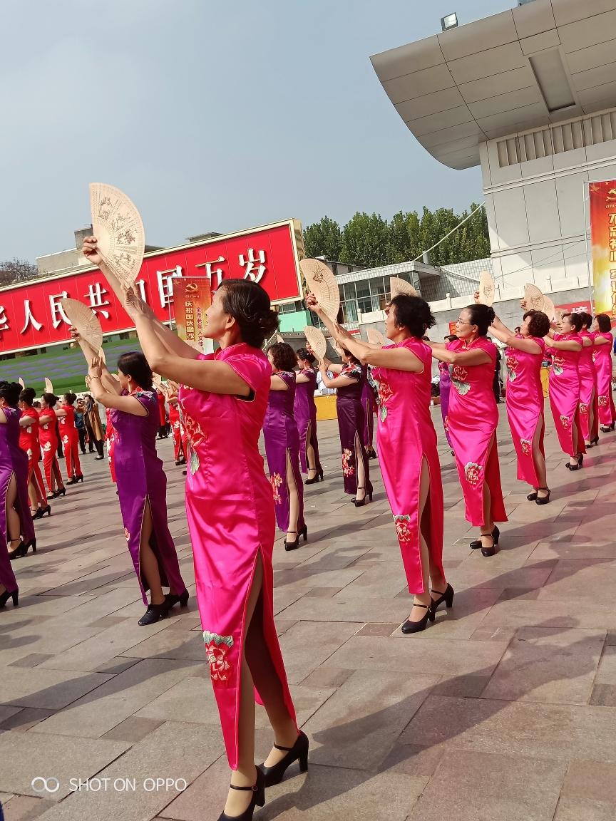 尧都区老年大学模特班学员参加临汾市纪念改革开放四十周年文艺汇演!